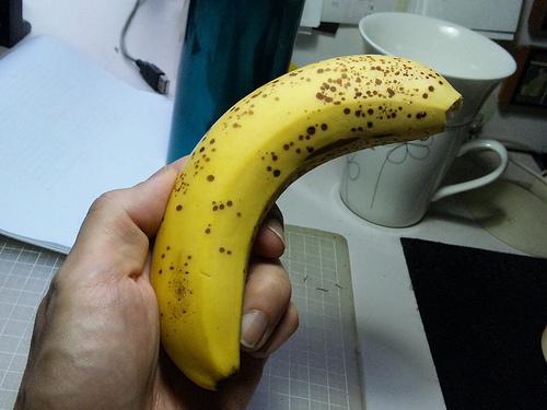 バナナを持つ手