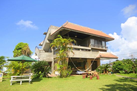沖縄でゲストハウスに泊まろう!一人旅や女性でも安心の個室もあり!