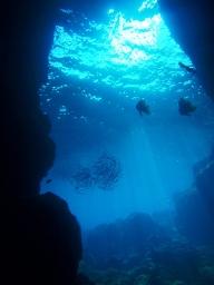 沖縄・青の洞窟!神秘的な人気スポットをダイビングやシュノーケルで楽しもう!