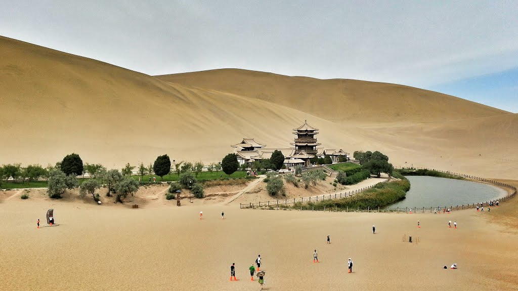 月牙泉は鳴沙山麓の砂漠の三日月オアシスで人気!行き方紹介!温泉もあり!