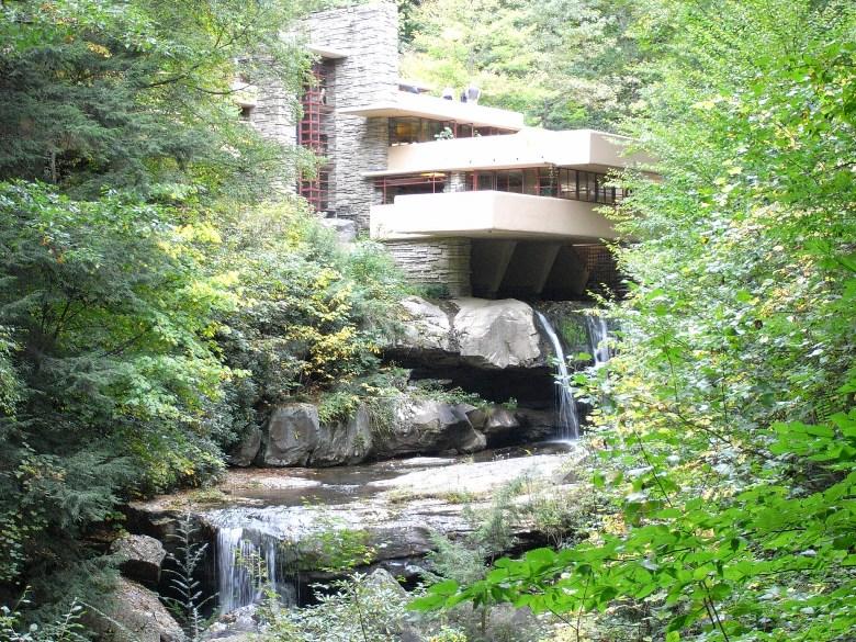 フランク・ロイドの傑作「落水荘」!滝上に立つ住宅の特徴や見所を紹介!