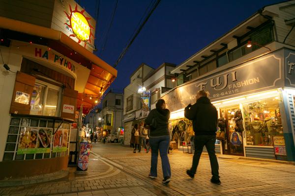 横須賀どぶ板通り!スカジャン・ハンバーガー店がずらり!アメリカ気分で歩こう