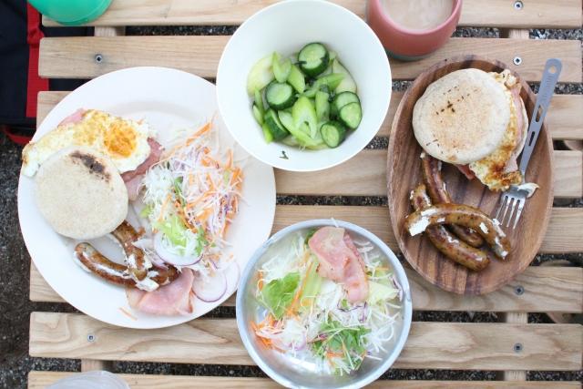 キャンプの朝食完全ガイド!火を使わない&大人数用のおすすめ料理も!
