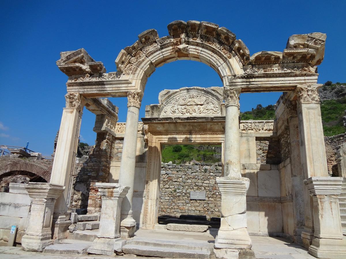 エフェソス遺跡はトルコの世界遺産!アルテミス神殿やクレオパトラの妹のお墓が!