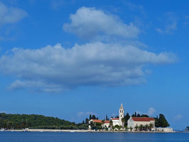 フヴァル島は綺麗なビーチが魅力のおすすめスポット!行き方やレストラン情報も