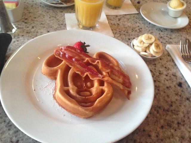 ディズニーランドで朝食が食べられるおすすめ店まとめ!予約方法・メニューは?