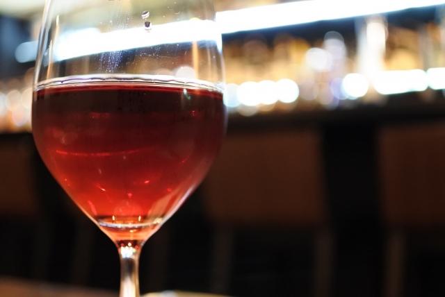 キティカクテルは女性から人気の赤ワインベースのお酒!度数や作り方は?