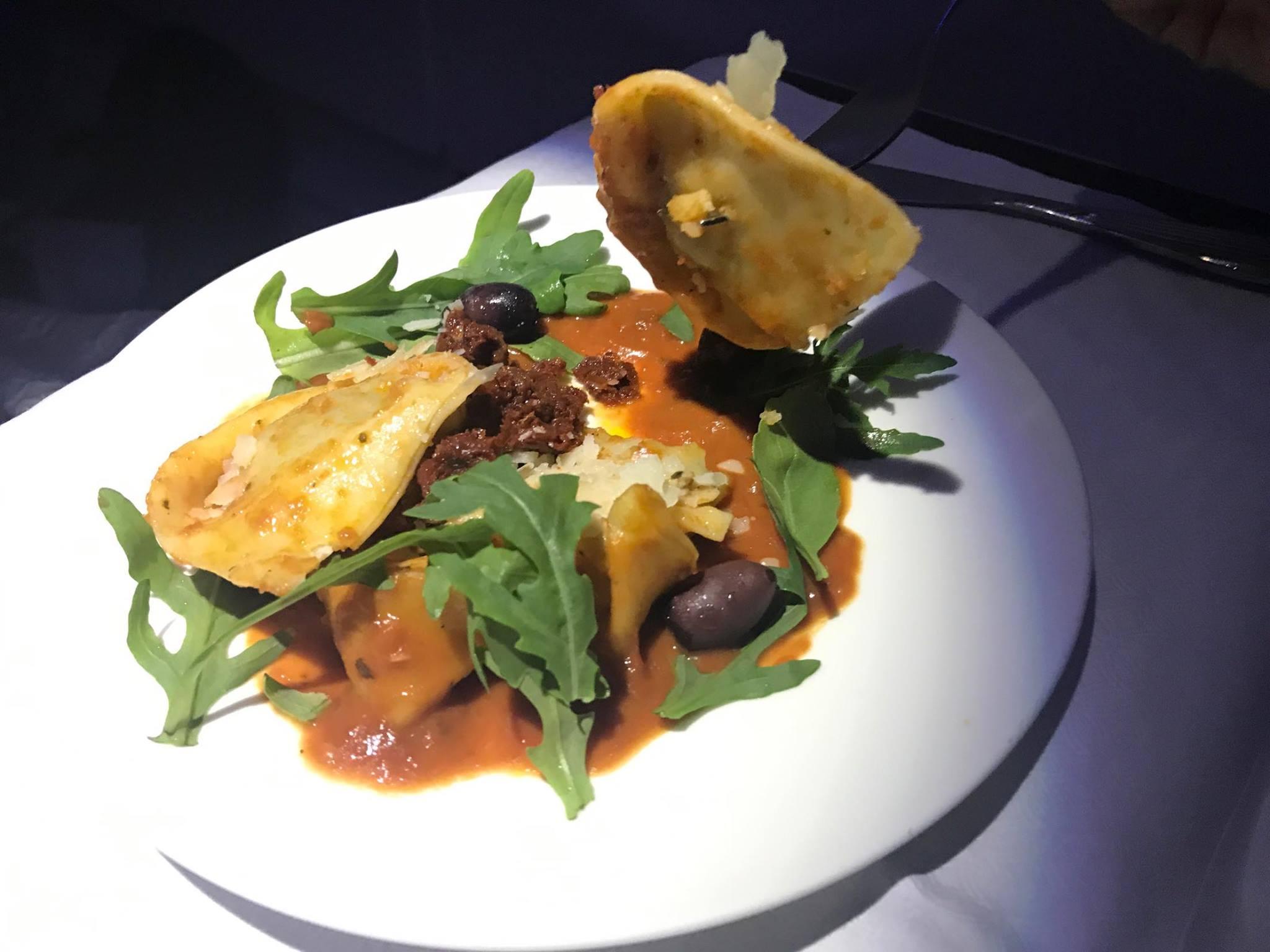 美味しいと評判のカタール航空のエコノミー・ビジネスクラスの機内食メニューは?